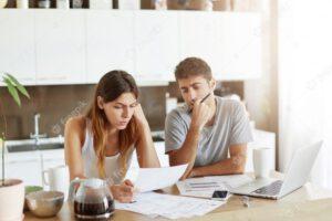 זוג מתלבט בקשר לכללים ללקיחת משכנתא